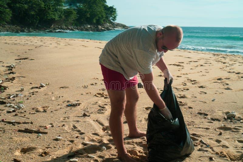 Mężczyzna czyści plażę obrazy stock