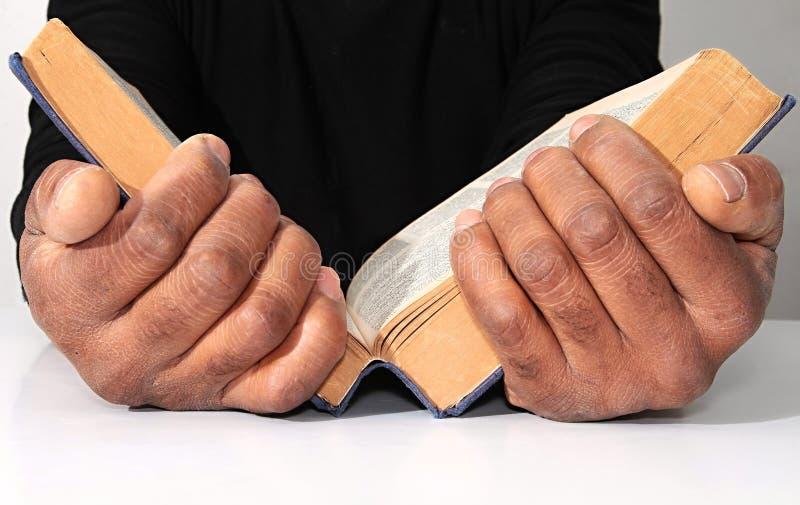 Mężczyzna czyta biblię obraz stock