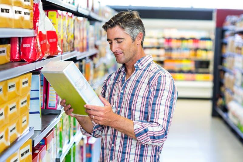 Mężczyzna czyta odżywcze wartości zdjęcia royalty free