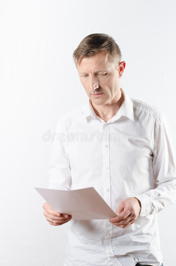 Mężczyzna czytania papier obraz royalty free