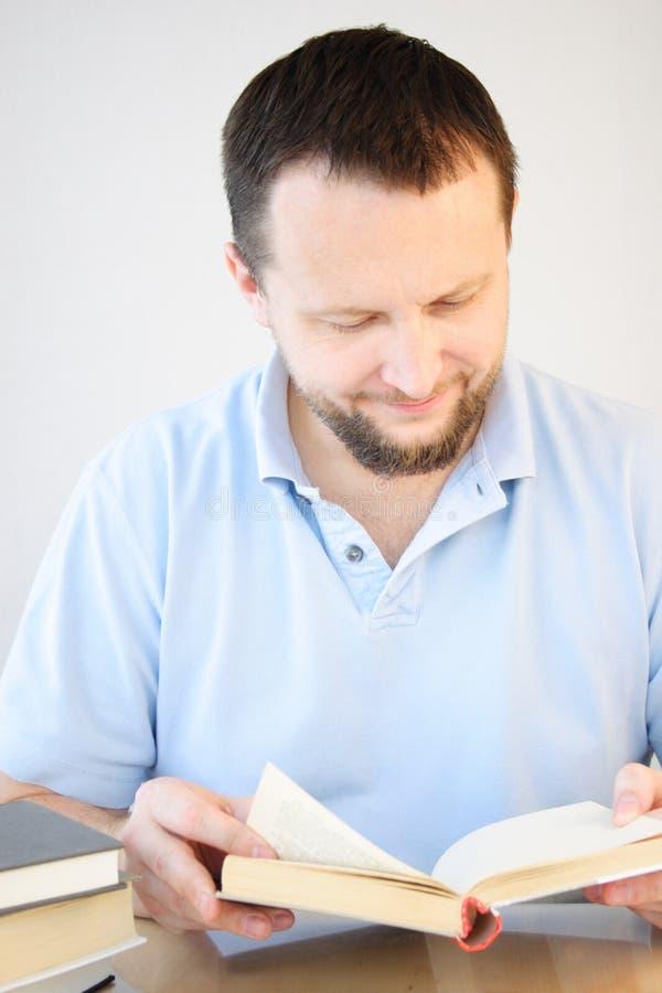 mężczyzna czytanie obrazy royalty free
