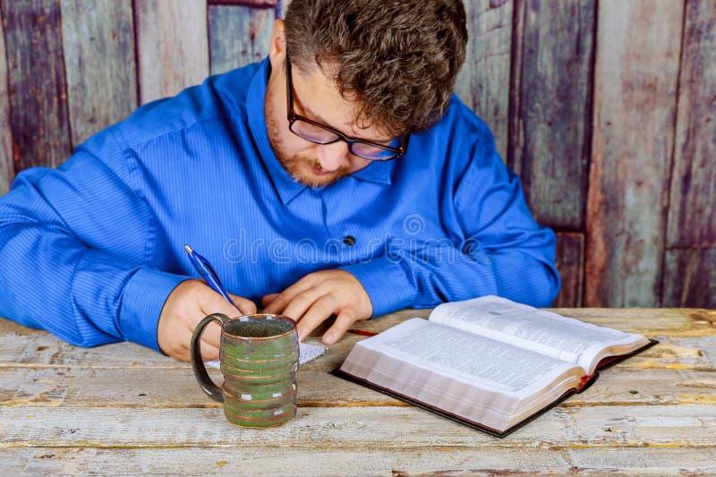 Mężczyzna czytelnicza biblia w kościół fotografia stock