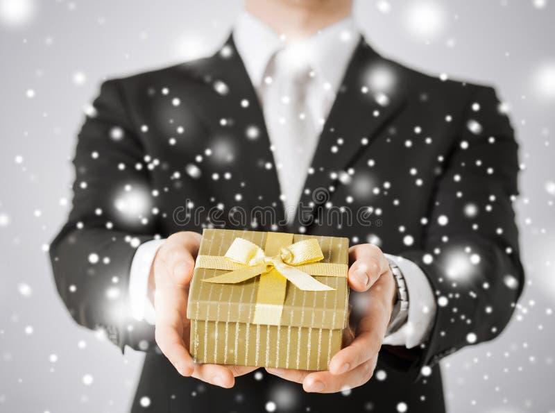 Mężczyzna daje prezenta pudełku obraz stock