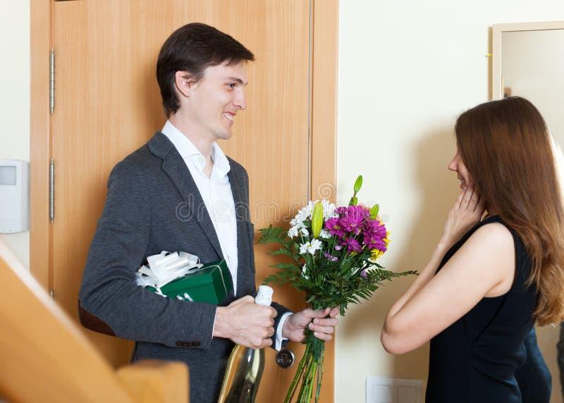 Mężczyzna daje prezentom uśmiechnięta kobieta zdjęcie royalty free