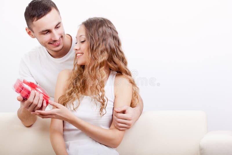Mężczyzna daje sercowatemu pudełku dla jego dziewczyny obrazy stock