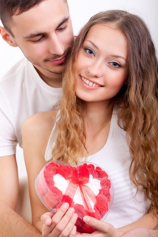 Mężczyzna daje sercowatemu pudełku dla jego dziewczyny obrazy royalty free