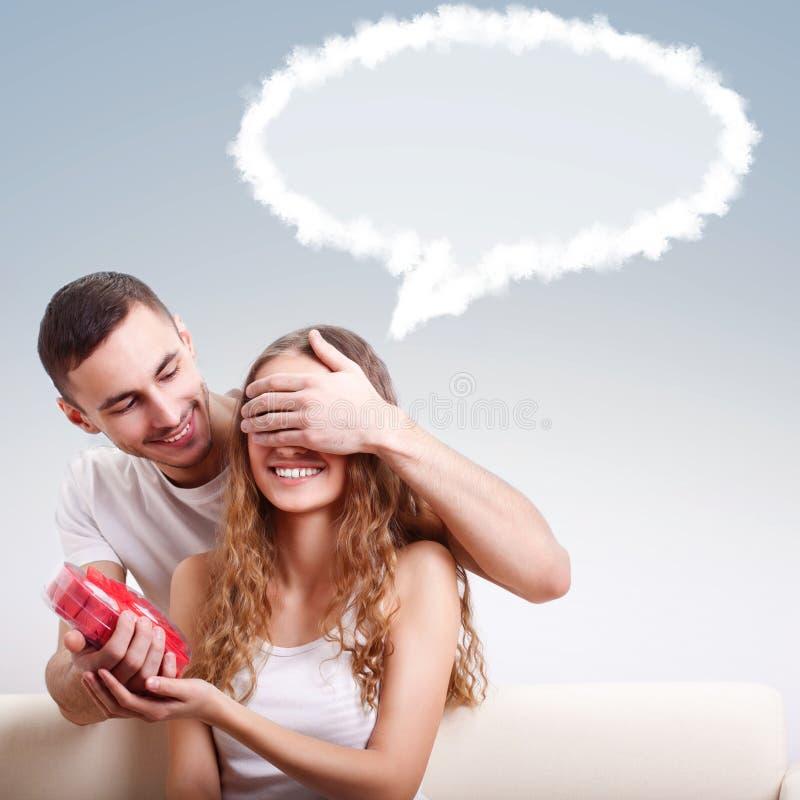 Mężczyzna daje sercowatemu pudełku dla jego dziewczyny fotografia royalty free