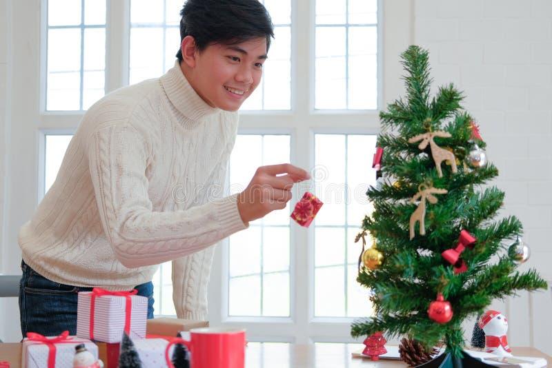 Mężczyzna dekoruje choinki xmas nowego roku wakacje świętowanie obraz royalty free
