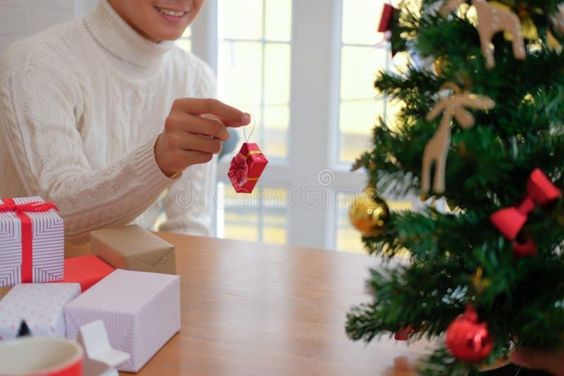 Mężczyzna dekoruje choinki xmas nowego roku wakacje świętowanie zdjęcia royalty free