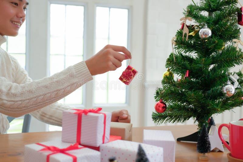 Mężczyzna dekoruje choinki xmas nowego roku wakacje świętowanie zdjęcie stock