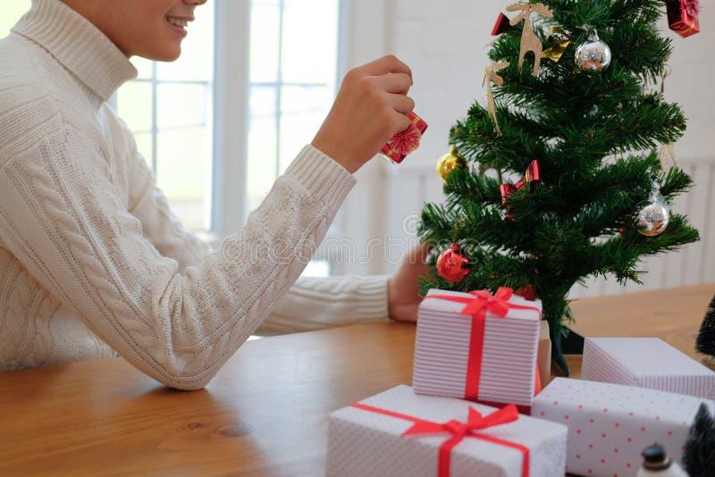 Mężczyzna dekoruje choinki xmas nowego roku wakacje świętowanie zdjęcia stock