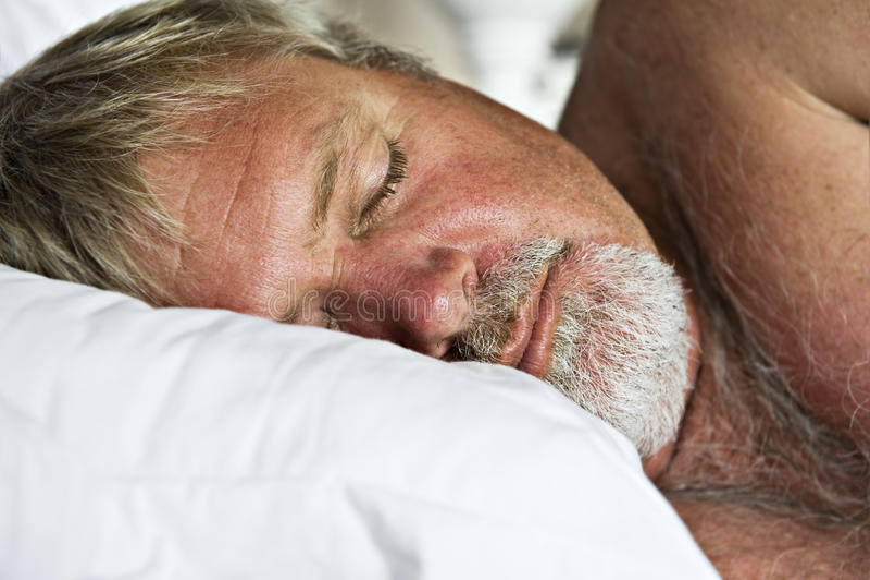 mężczyzna dojrzały pokojowo starszy dosypianie zdjęcie royalty free