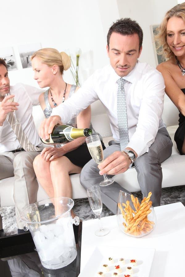 Mężczyzna dolewania szampan zdjęcia royalty free