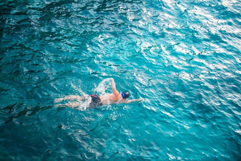 Mężczyzna dopłynięcie z jasną wodą w morzu przy Similan żołnierzem piechoty morskiej Nat obrazy stock