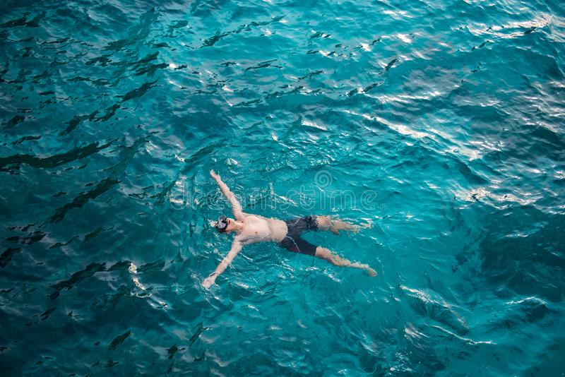 Mężczyzna dopłynięcie z jasną wodą w morzu przy Similan żołnierzem piechoty morskiej Nat zdjęcia royalty free