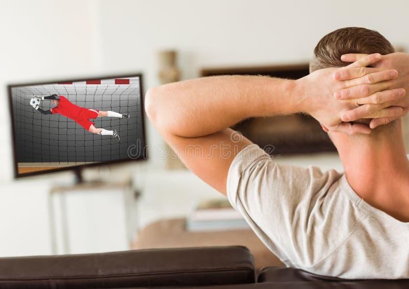 Mężczyzna dopatrywania telewizja w domu zdjęcia royalty free