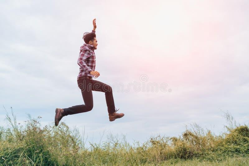 Mężczyzna doskakiwanie z rękami podnosić z energią i bieg obrazy stock