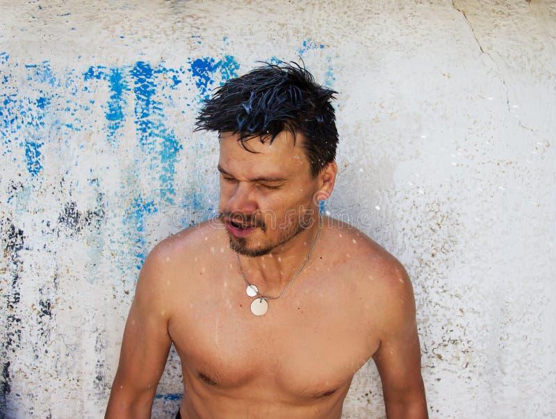 Download Mężczyzna Dostaje Freshed Wodnym Pluśnięciem Obraz Stock - Obraz złożonej z urabiarka, kropla: 57653309