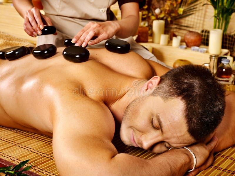 Mężczyzna dostaje kamiennego terapia masaż. zdjęcia royalty free
