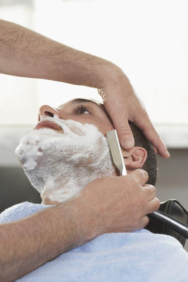 Mężczyzna Dostaje ogolenie Przy zakładem fryzjerskim obrazy royalty free