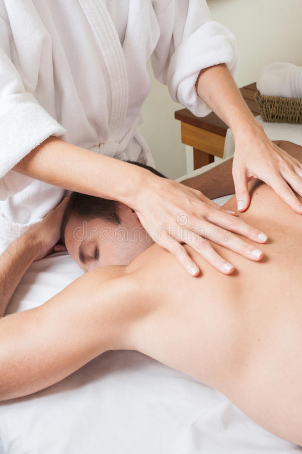 Mężczyzna dostawania z powrotem kłaść masaż fotografia stock