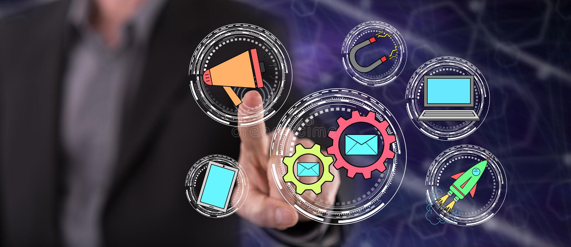 Mężczyzna dotyka cyfrowego marketingowego pojęcie obraz stock