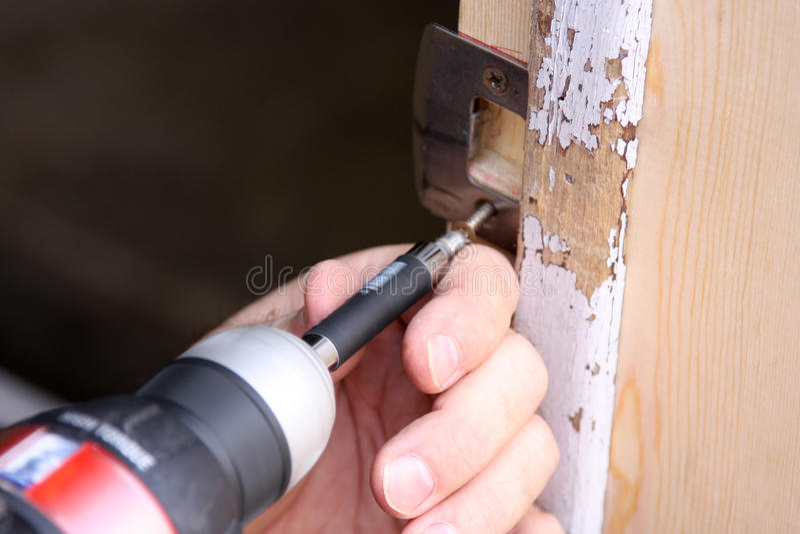 mężczyzna drzwiowy naprawianie obraz stock