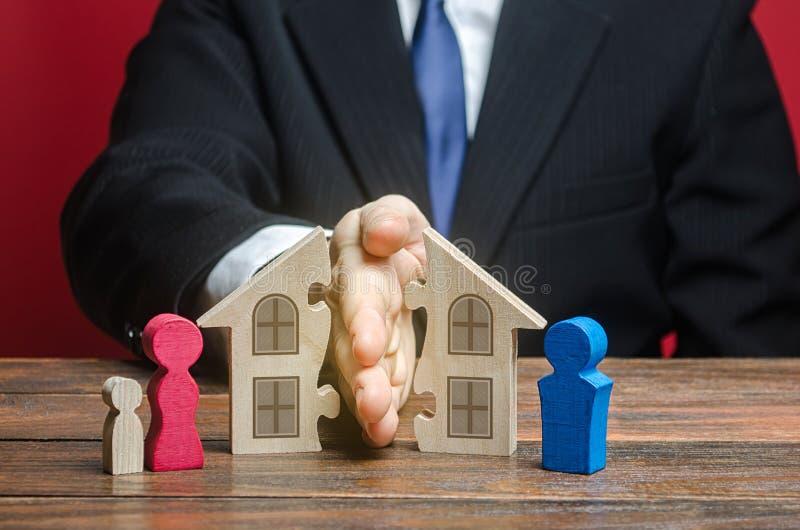 Mężczyzna dzieli dom między byłymi małżonkami w procesie rozwodowym Spory dotyczące sprawiedliwego podziału nieruchomości majątko zdjęcia stock