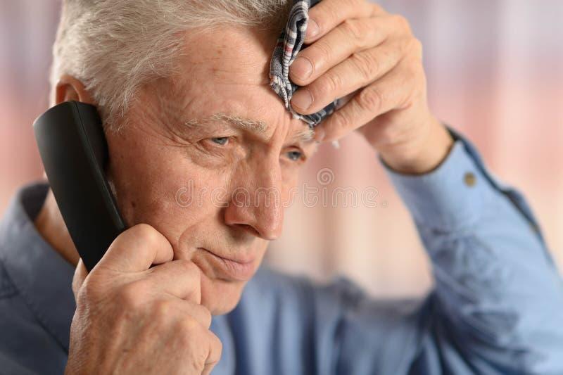 Mężczyzna dzwoni lekarkę fotografia royalty free