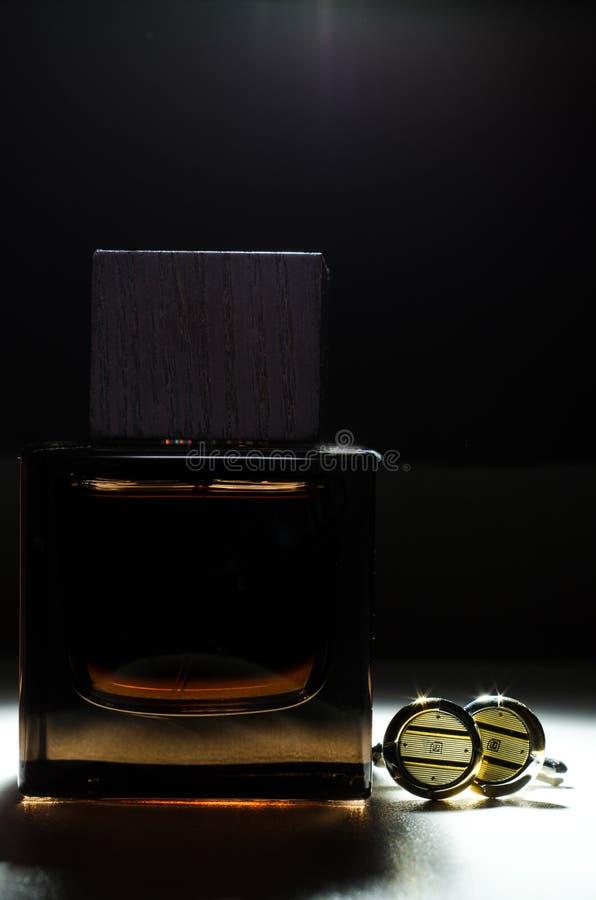 Mężczyzna Eau De Toilette i cufflinks zdjęcie royalty free