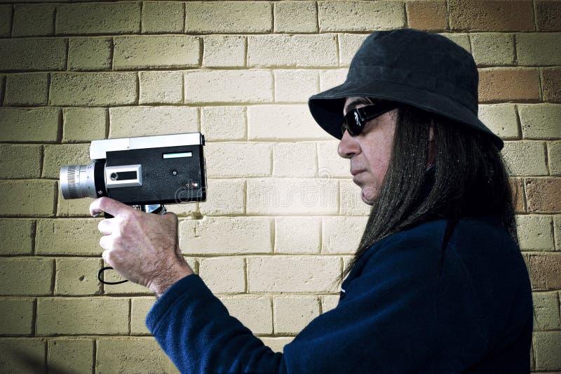 Mężczyzna ekranizacja z rocznika filmu kamerą zdjęcia stock