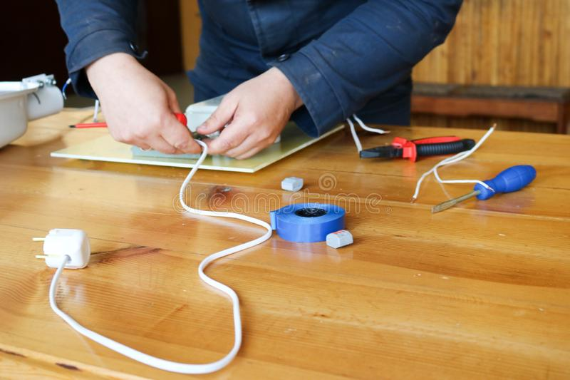 Mężczyzna elektryka pracujące pracy, zbierają elektrycznego obwód wielka biała latarnia uliczna z drutami, luzowanie przy przemys obrazy royalty free