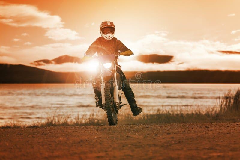 Mężczyzna enduro jeździecki motocykl w silnika krzyża śladu use dla ludzi zdjęcie stock
