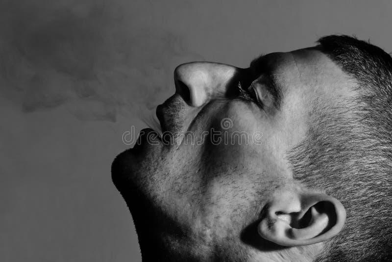 Mężczyzna exhales dym fotografia stock