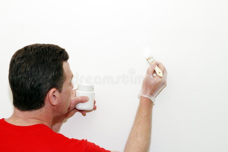 mężczyzna farby obraz dotyka dotykać zdjęcie stock