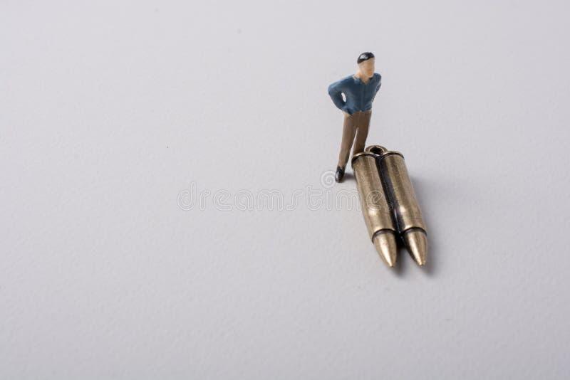 Mężczyzna figurki pocisk jak Konceptualny przeciw wojnie i model zdjęcia stock