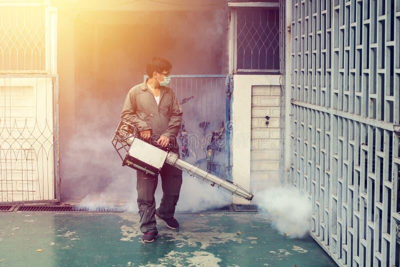 Mężczyzna fogging eliminować komara dla zapobiega rozciągniętą dengi febrę obraz stock