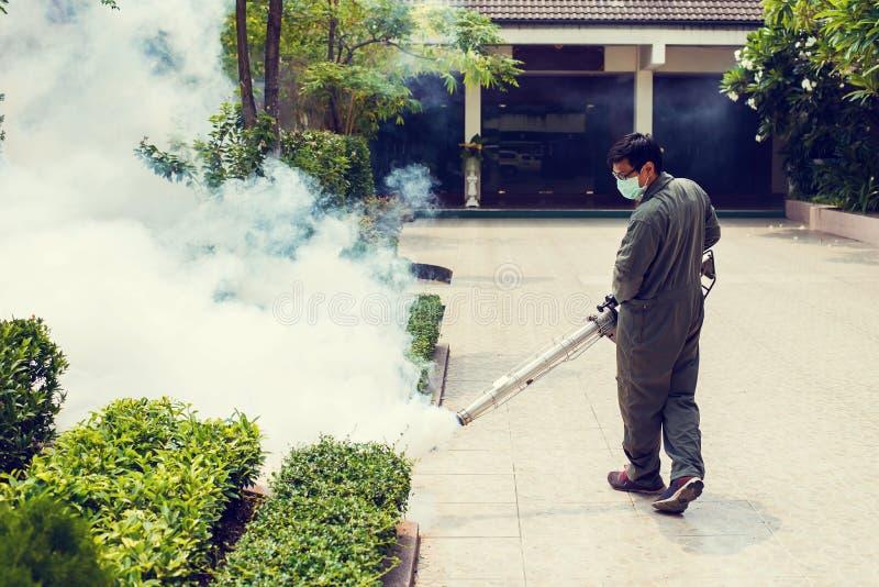 Mężczyzna fogging eliminować komara dla zapobiega rozciągniętą dengi febrę zdjęcia royalty free