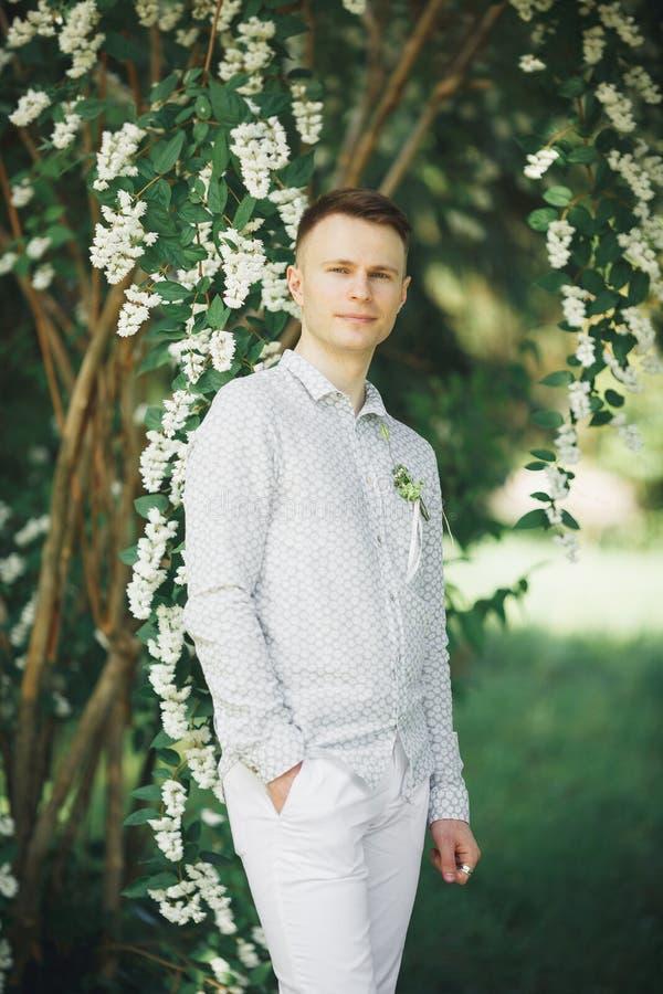 Mężczyzna, fornal pozuje w parku na jego dniu ślubu obrazy royalty free