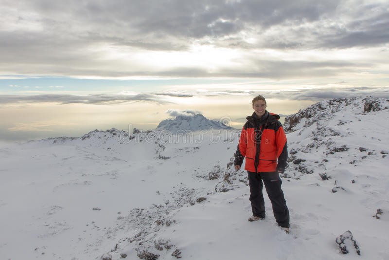 Mężczyzna fotografujący na górze Kilimanjaro góry 5 - dzień fotografia royalty free