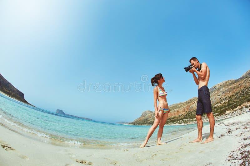 Mężczyzna fotografuje kobiety na plaży zdjęcia royalty free