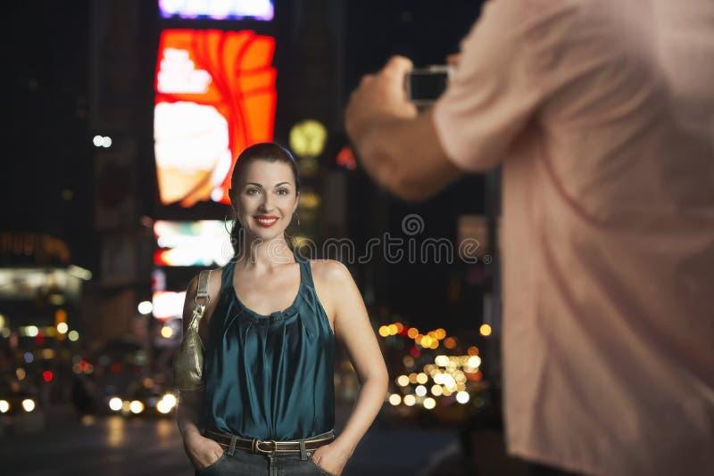 Mężczyzna Fotografuje kobiety W times square Przy nocą zdjęcie royalty free