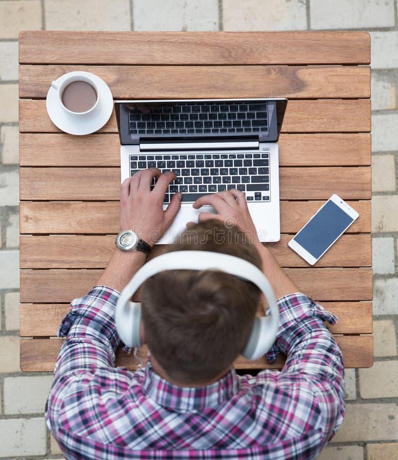 Mężczyzna freelancer z laptopem zdjęcie stock