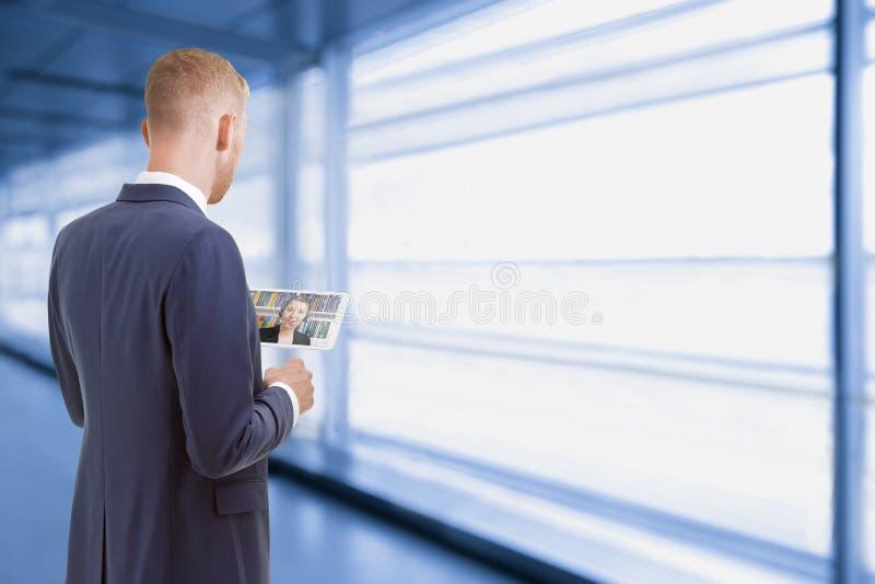 Mężczyzna gadki telekonferencja online telecommuting zdjęcie royalty free