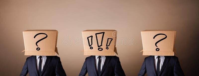 Mężczyzna gestykuluje z okrzyk ocenami na pudełku na ich głowie zdjęcia stock