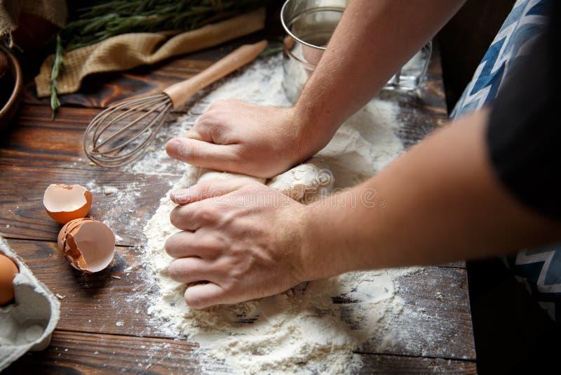 Mężczyzna gotuje ugniatać ciasto zdjęcie stock