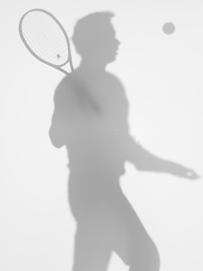 Mężczyzna gracz w tenisa przy usługa, slihouette zdjęcia stock