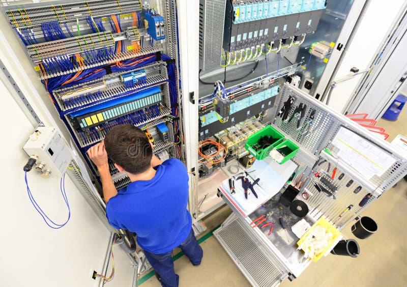 Mężczyzna gromadzić elektronicznych składniki na maszynie w fabryce fo fotografia royalty free