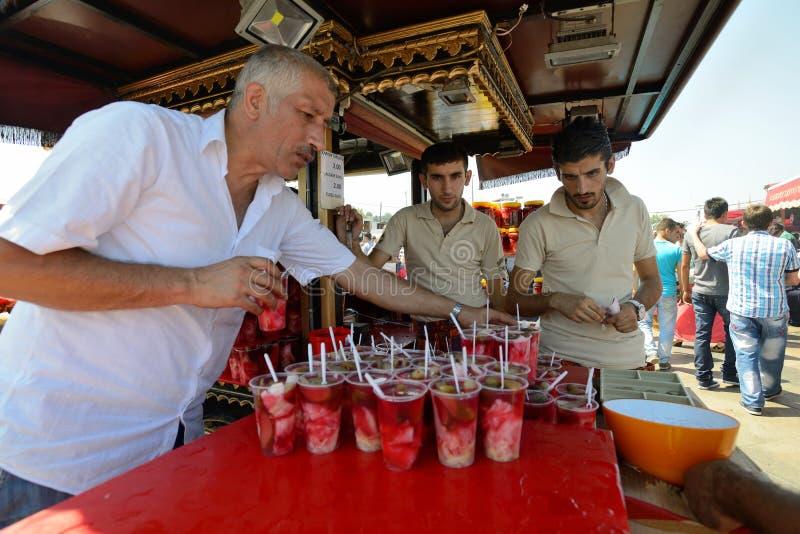 Mężczyzna handluje tradycyjnego tureckiego jedzenie obrazy stock