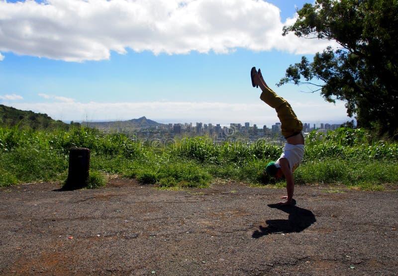Mężczyzna Handstands przy Honolulu punktem obserwacyjnym fotografia stock